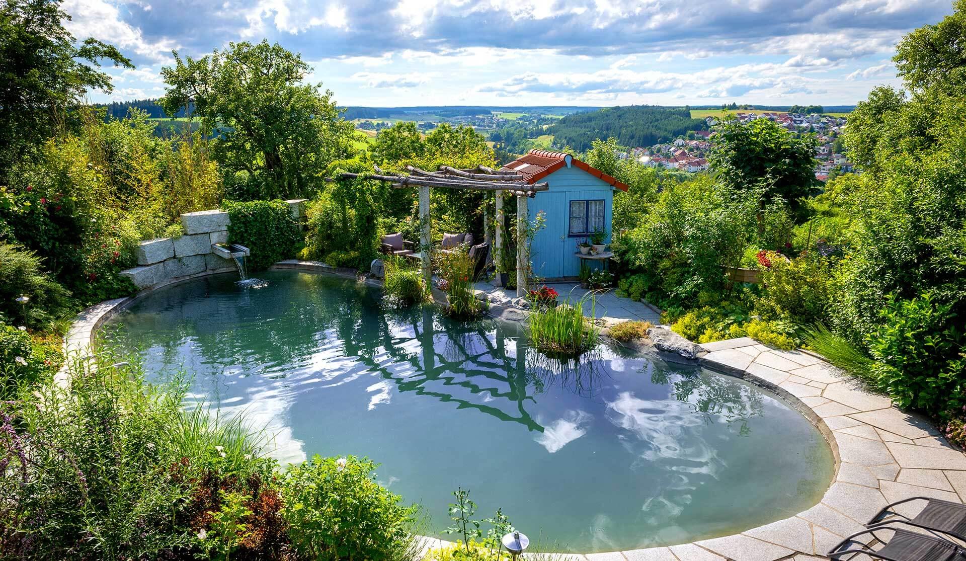 Schwimmteich im Garten mit Häuschen und Pergola in Niedereschach