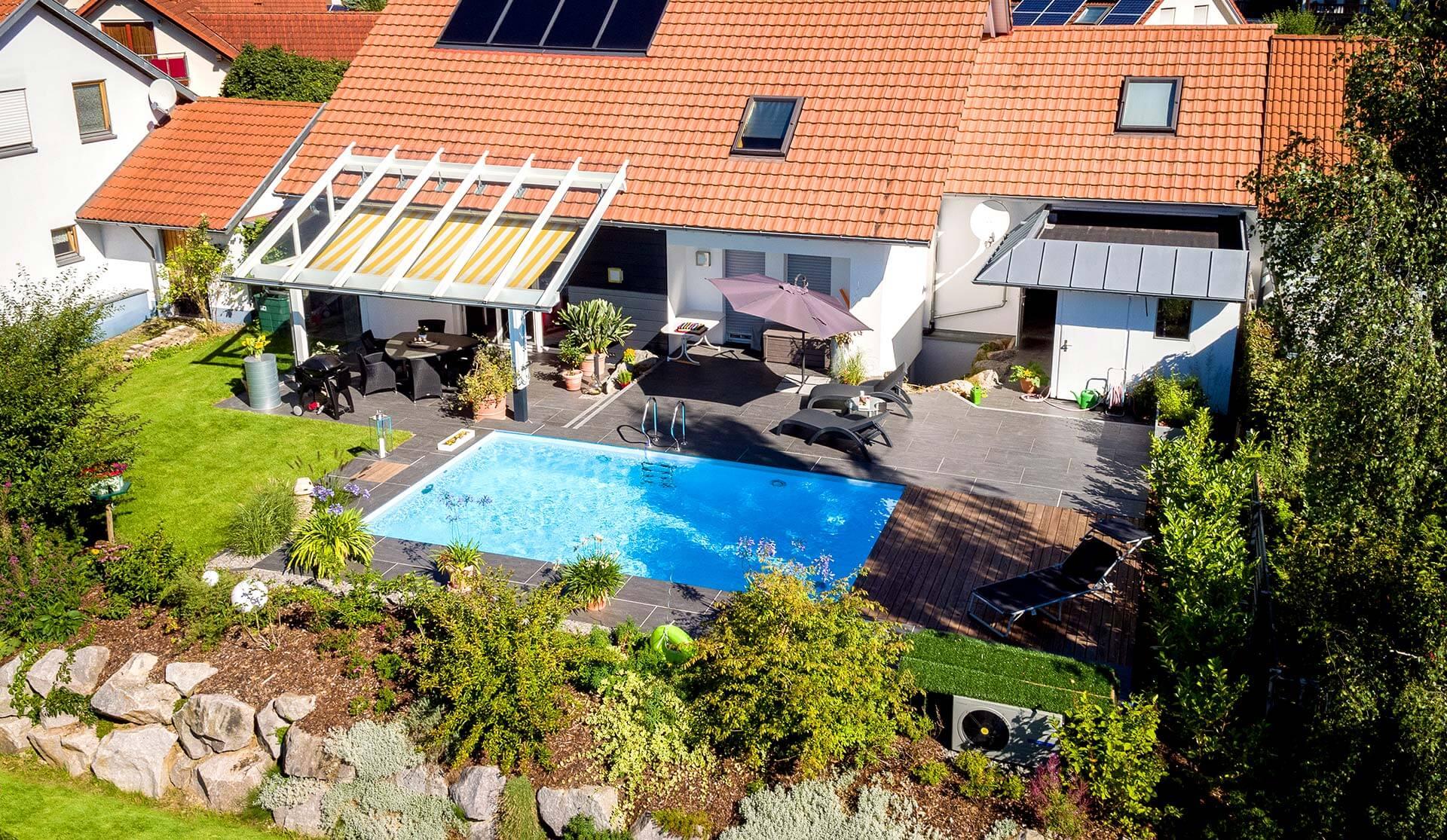 Luftbild von Pool und Terrasse